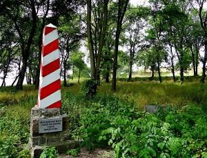 Mały obelisk (stary) upamiętniający postawienie piereszego słupa granicznego